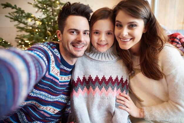 Selfie van familie die kerstmis viert