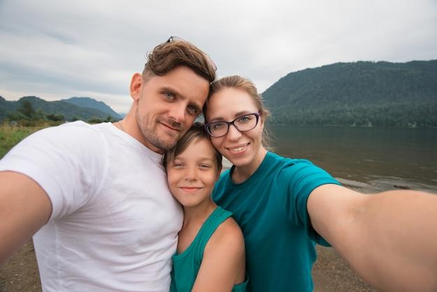 Selfie van familie op het teletskoye-meer