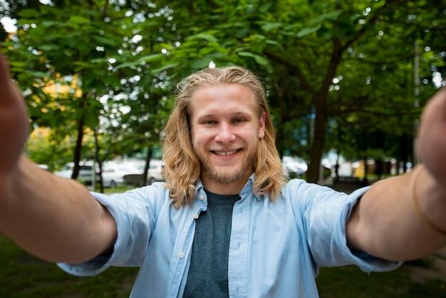 Selfie van gelukkig man buitenshuis