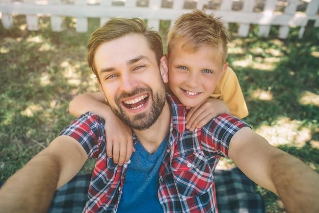 Selfie van gelukkige jongen en zijn zoon