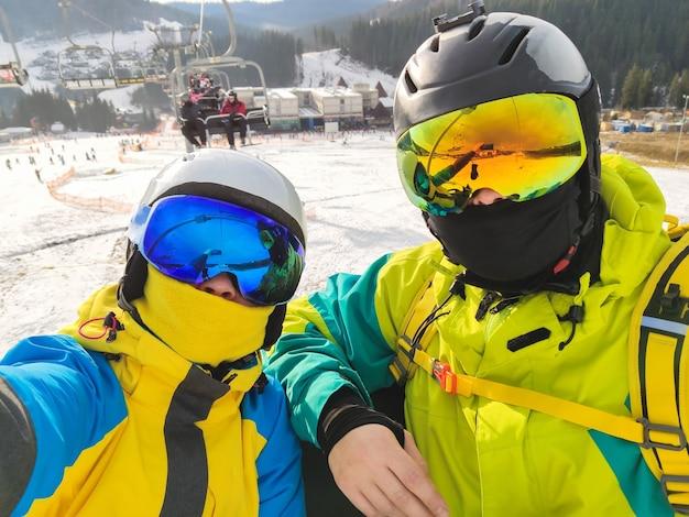 Selfie van paar bij winteractiviteiten in skiresort