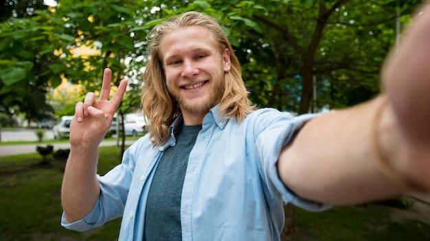 Selfie van smiley man buitenshuis