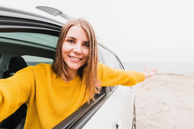 Selfie van smileyvrouw in de auto