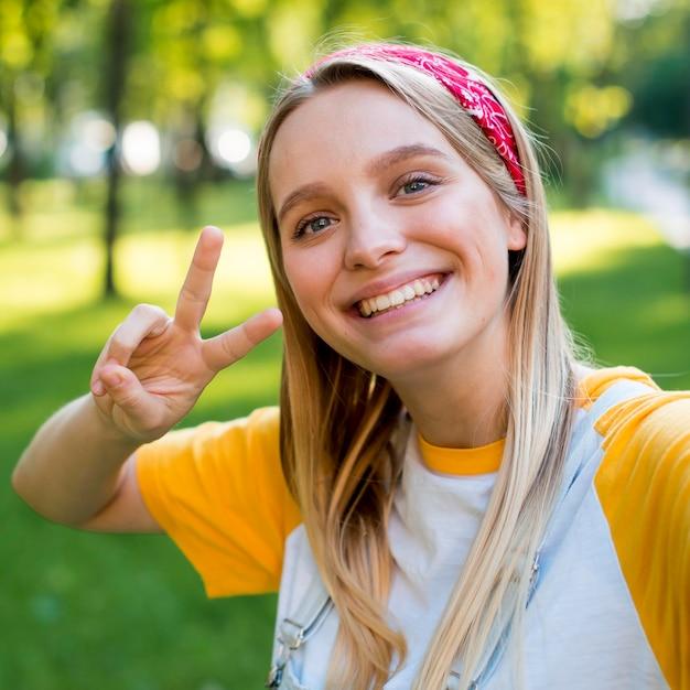 Selfie van smileyvrouw in openlucht in aard