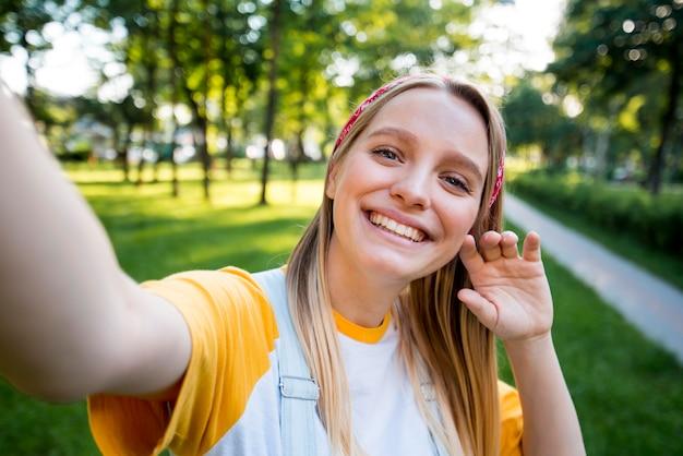 Selfie van smileyvrouw in openlucht