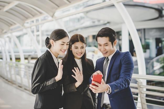 Selfie zakelijke partners op smartphone.