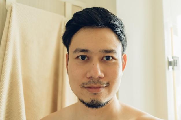 Selfieportret van de gelukkige mens in de badkamers.