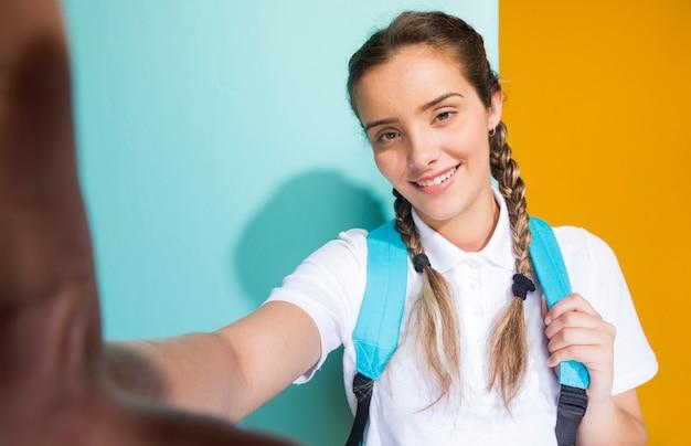 Selfieportret van een schoolmeisje