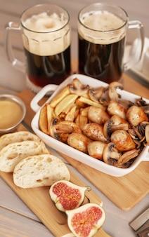 Selyansky-aardappelen met worstjes en donker bier voor oktoberfest
