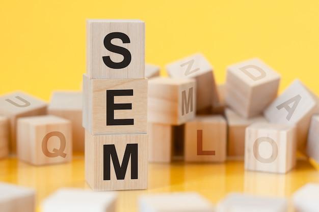 Sem - afkorting van search engine marketing - geschreven op een houten kubus