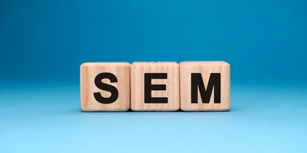 Sem-woordkubus op een blauwe ondergrond