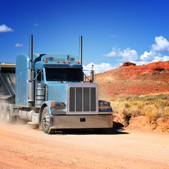 Semi-vrachtwagen rijden door de woestijn
