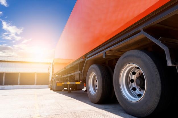 Semi vrachtwagen trailer parking bij magazijn, logistiek logistiek en transport