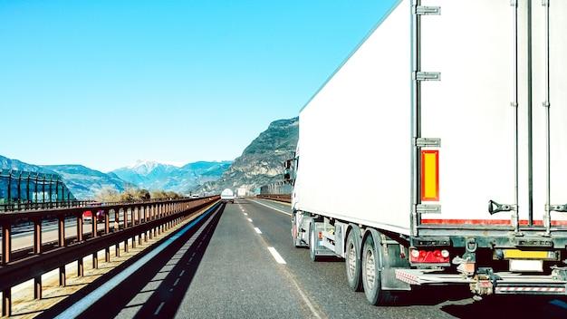 Semi vrachtwagen versnellen op lege snelweg lijn