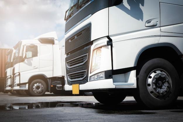 Semi-vrachtwagens a parkeren bij de magazijnindustrie vrachtvrachtvrachtwagen logistiek en transport