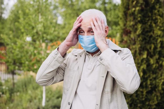 Semior man met verbazing in een ademhalingstoestel om te beschermen tegen infectie met influenza virus of coronavirus