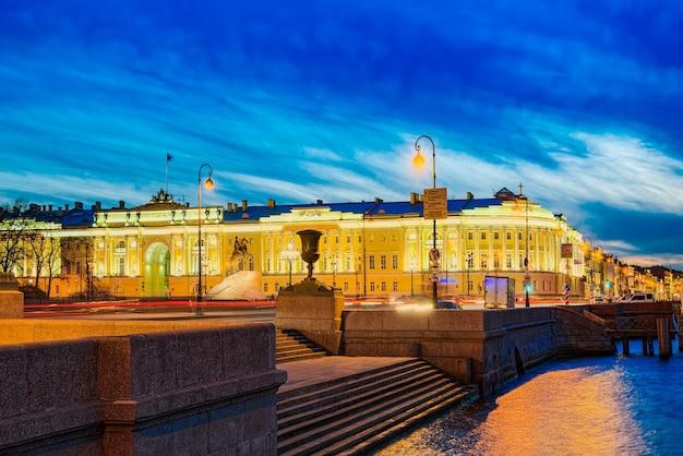 Senaatsgebouw en een monument voor peter i (de grote). sint petersburg. rusland.