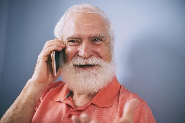 Senior aan de telefoon