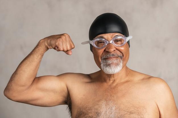Senior afro-amerikaanse zwemmer die een badmuts en een veiligheidsbril draagt