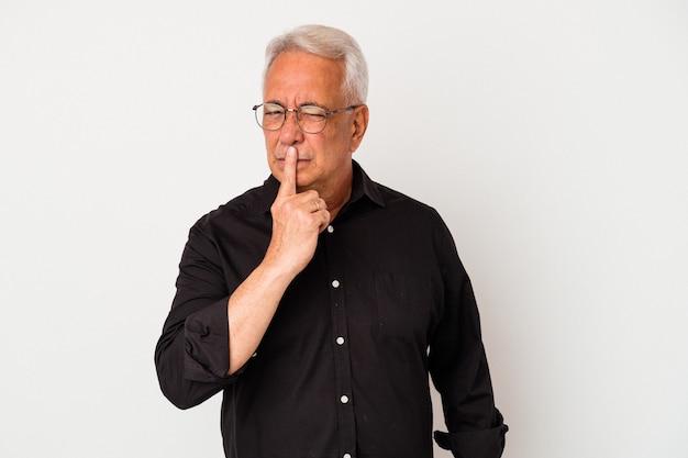 Senior amerikaanse man geïsoleerd op een witte achtergrond denken en opzoeken, reflecterend, overweegt, met een fantasie.