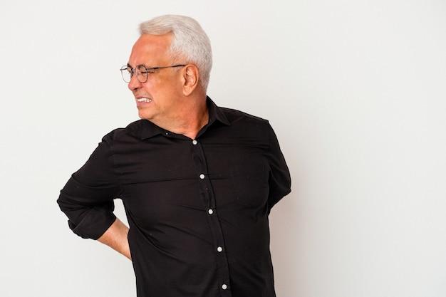 Senior amerikaanse man geïsoleerd op een witte achtergrond die lijdt aan rugpijn.