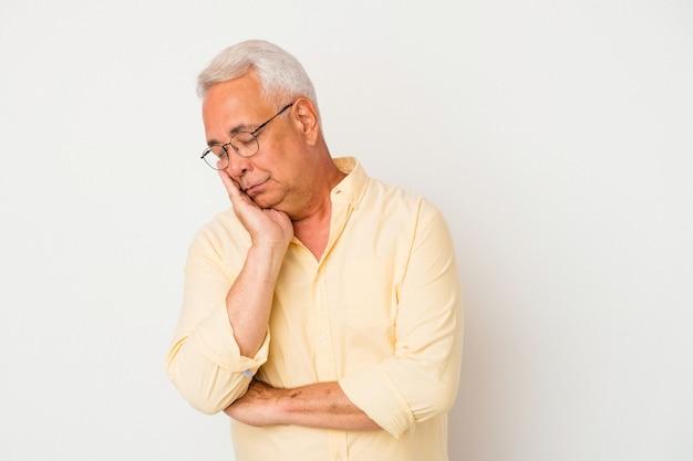 Senior amerikaanse man geïsoleerd op een witte achtergrond die zich verveelt, vermoeid is en een ontspannen dag nodig heeft.