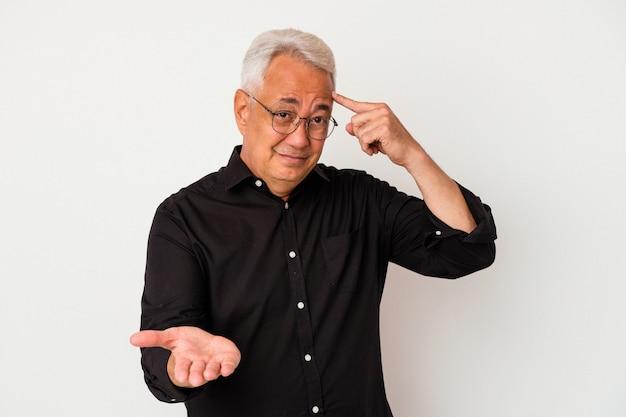 Senior amerikaanse man geïsoleerd op een witte achtergrond houden en tonen van een product bij de hand.