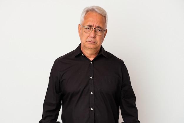 Senior amerikaanse man geïsoleerd op een witte achtergrond verdrietig, serieus gezicht, ellendig en ontevreden voelen.