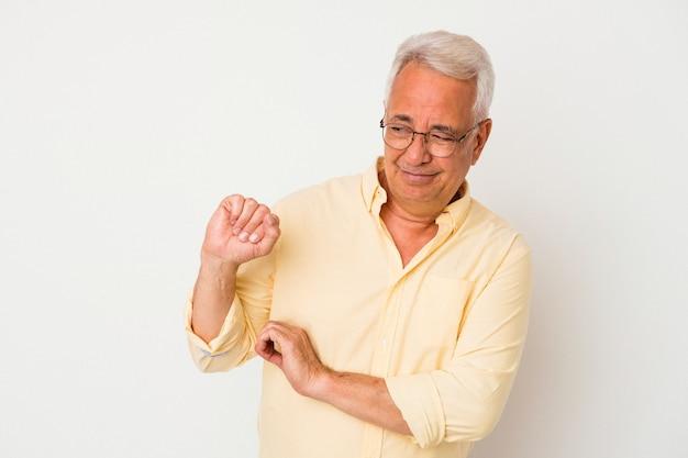 Senior amerikaanse man geïsoleerd op een witte achtergrond verward, voelt zich twijfelachtig en onzeker.