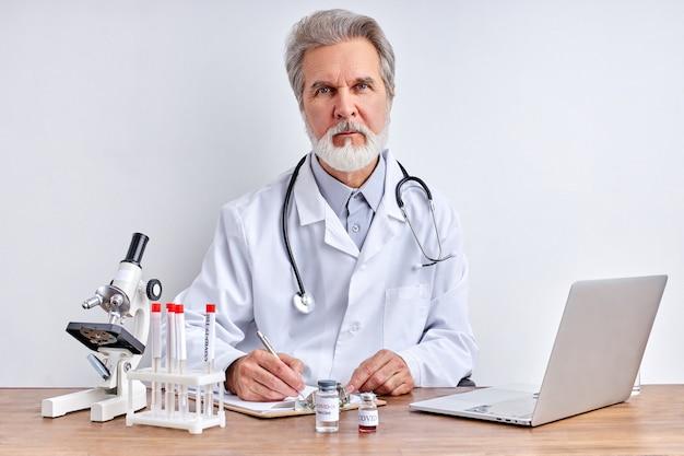 Senior arts maakt onderzoek, met behulp van buis tests in laboratorium