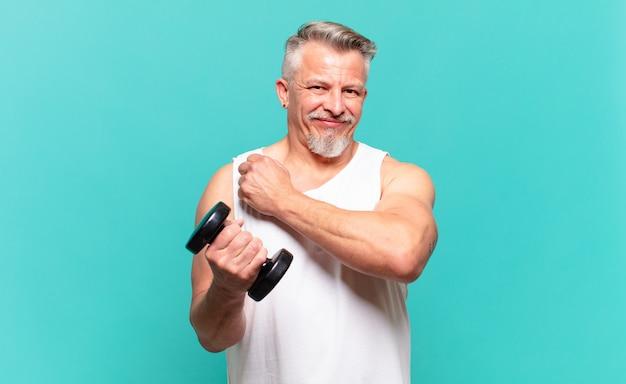 Senior atleet die zich gelukkig, positief en succesvol voelt, gemotiveerd wanneer hij voor een uitdaging staat of goede resultaten viert