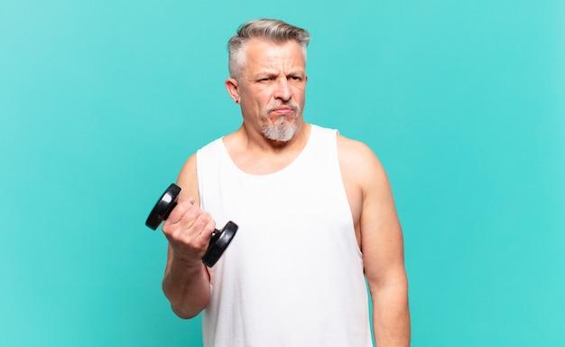 Senior atleet die zich verdrietig, overstuur of boos voelt en opzij kijkt met een negatieve houding, fronsend in onenigheid