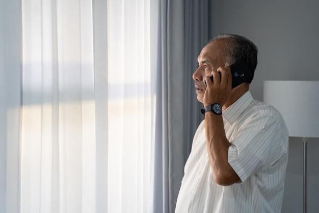 Senior aziatische man bellen met smartphone