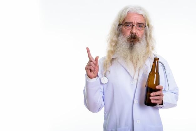 Senior bebaarde man arts fles bier te houden