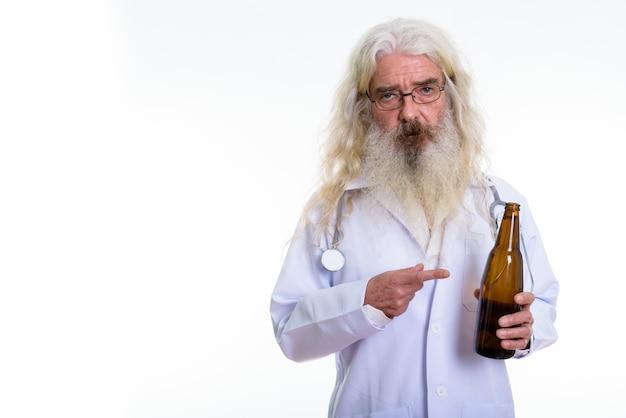 Senior bebaarde man arts houden en wijzen op bier