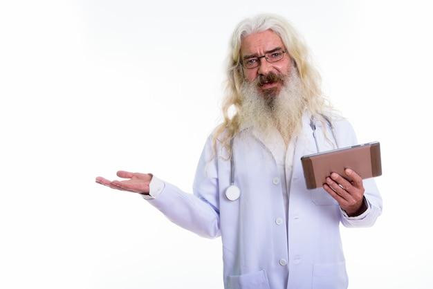 Senior bebaarde man arts met behulp van digitale tablet