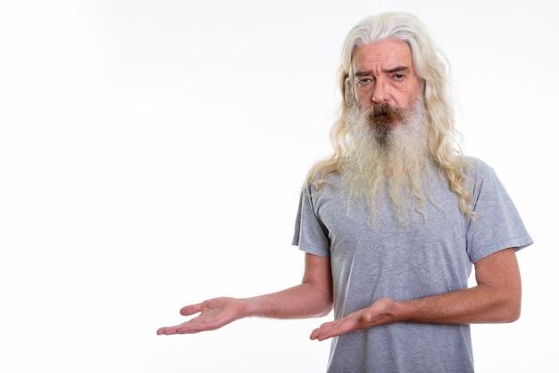 Senior bebaarde man iets laten zien