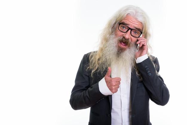 Senior bebaarde zakenman praten op mobiele telefoon