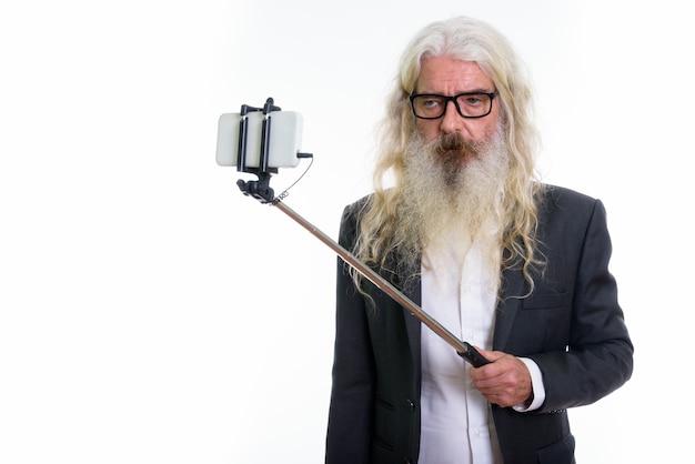 Senior bebaarde zakenman selfie foto te nemen