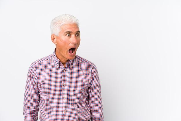 Senior blanke man geïsoleerd geschokt vanwege iets dat ze heeft gezien.