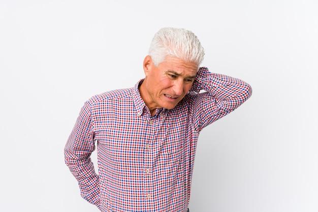 Senior blanke man geïsoleerd lijden nekpijn als gevolg van sedentaire levensstijl.