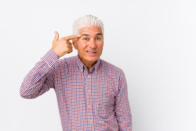 Senior blanke man geïsoleerd tonen een teleurstelling gebaar met wijsvinger.