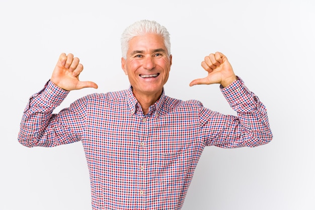 Senior blanke man geïsoleerd voelt zich trots en zelfverzekerd, voorbeeld te volgen.