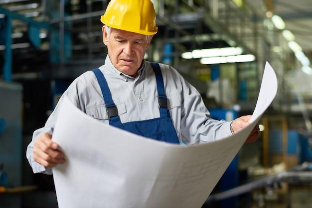 Senior bouwvakker lezing plattegronden