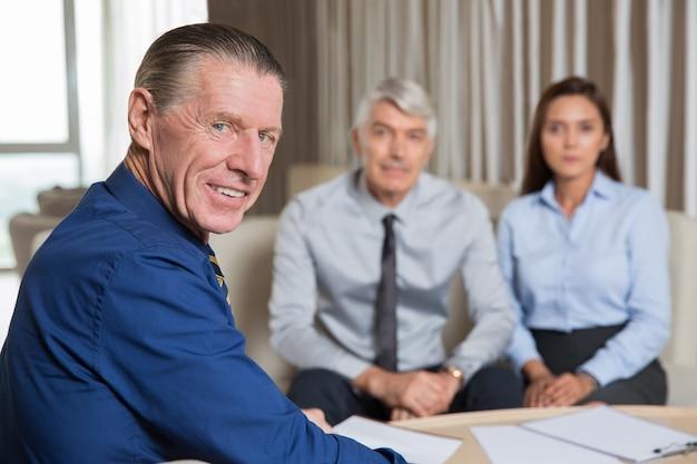 Senior business leader hebben ontmoeting met team