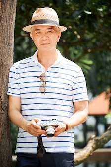 Senior chinese man met digitale camera