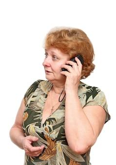 Senior dame spreekt door een mobiele telefoon. geïsoleerd over wit