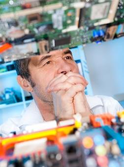 Senior eletronics-ingenieur in gedachten verzonken