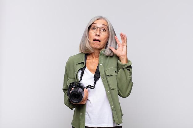 Senior fotograaf vrouw