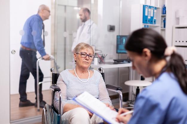 Senior gepensioneerde patiënt die medisch advies en behandeling zoekt in een moderne kliniek
